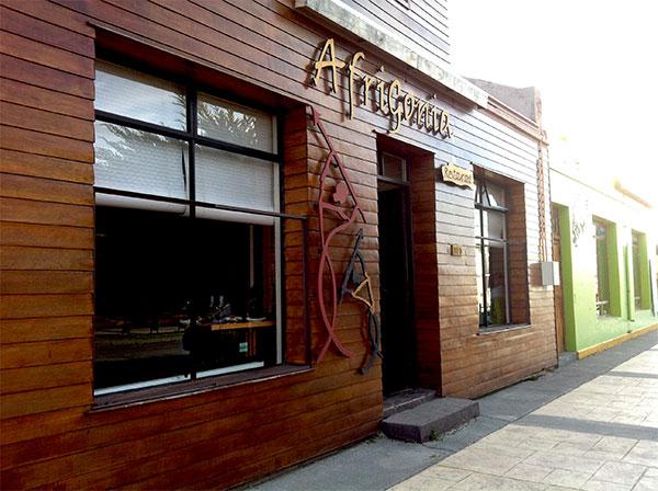 Fachada do Restaurante Afrigonia em Puerto Natales, Chile - Foto: Amandina Morbeck.