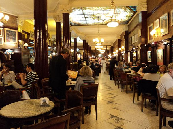Interior do Café Tortoni, o mais antigo de Buenos Aires, Argentina - Foto: Amandina Morbeck.