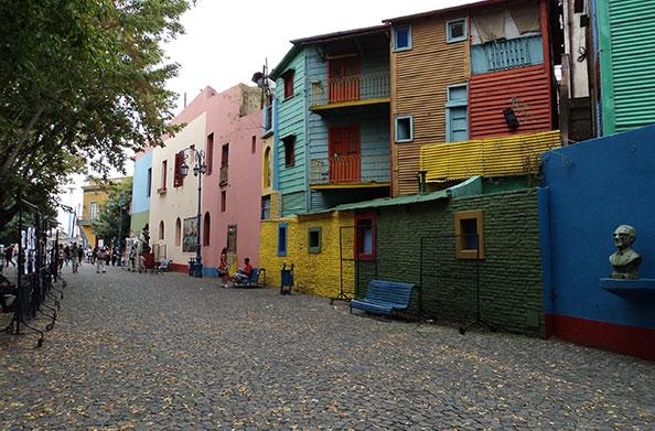 Caminhando pelo Caminito, observamos essas fachadas coloridas - Buenos Aires, Argentina - Foto: Amandina Morbeck.