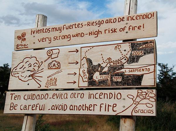 Placa de alerta perto do Refúgio Torres Central, em Torres del Paine, Chile - Foto: Amandina Morbeck.