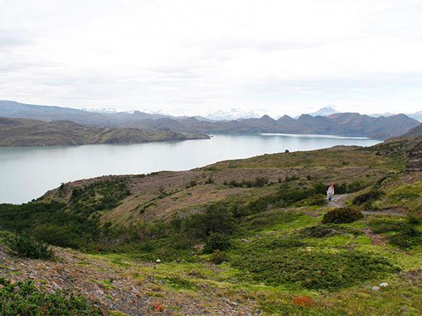 Vista do Lago Nordernskjold no dia 2 do trekking, com tempo nublado e mais friozinho - Circuito W, Torres del Paine, Chile - Circuito W, em Torres del Paine, Chile - Foto: Amandina Morbeck.