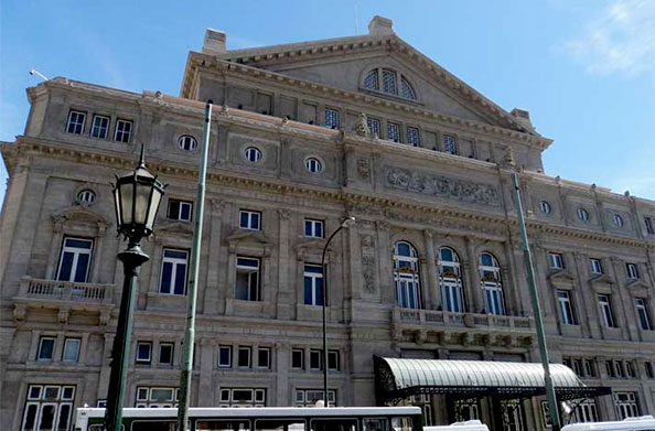 Fachada do Teatro Colón em Buenos Aires, Argentina, que, na época de minha visita, estava em reforma - Foto: Amandina Morbeck.