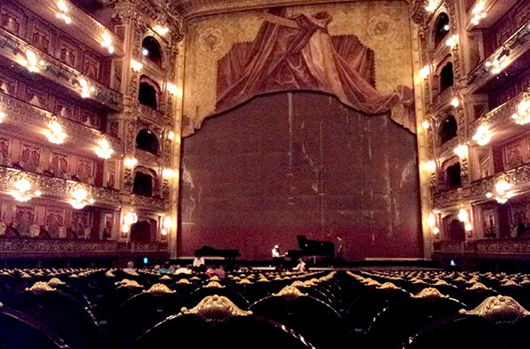 Interior do Teatro Colón em Buenos Aires, Argentina, que é magnifíco - Foto: Amandina Morbeck.