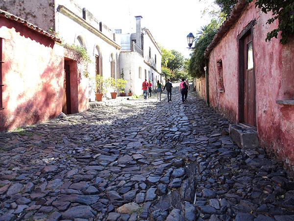 Rua bem conservada, na qual não circulam veículos - Colonia del Sacramento, Uruguai - Foto: Amandina Morbeck