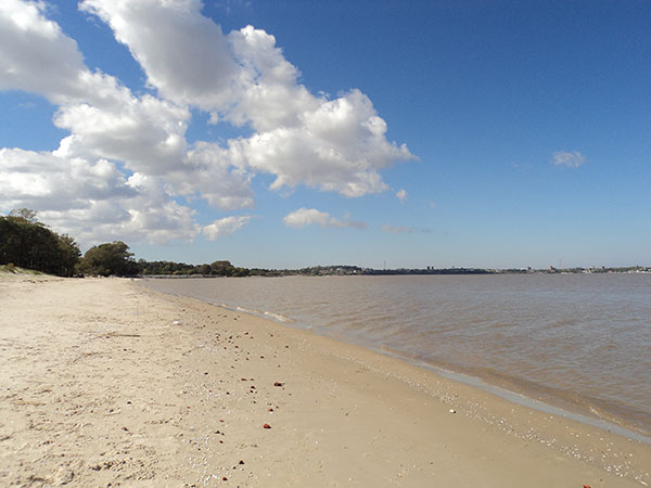 Praia em Colonia del Sacramento, Uruguai, às margens do Rio da Prata - Foto: Amandina Morbeck.
