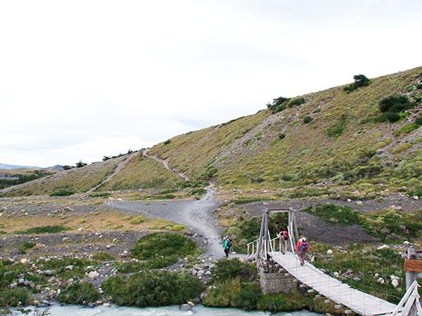 Depois de cruzar a ponte, começa a subida ao Refúgio El Chileno (à direita) - Circuito W, em Torres del Paine, Chile - dia 1 - Foto: Amandina Morbeck.