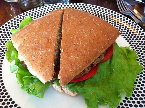 Sanduíche hamburguesa do Restaurante e Café El Living - Foto: Amandina Morbeck.