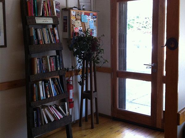 Estante com livros para troca - Restaurante e Café El Living em Puerto Natales, Chile - Foto: Amandina Morbeck.