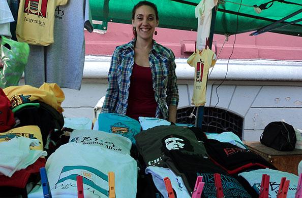 Mirna Gonzales e suas 1001 camisetas na feira na Recoleta - Foto: Amandina Morbeck.