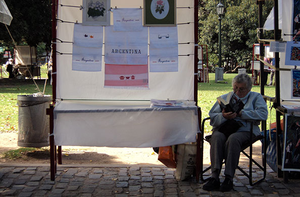 pode viajar nas páginas de um livro e esquecer do mundo - Feira na Recoleta, Buenos Aires, Argentina - Foto: Amandina Morbeck