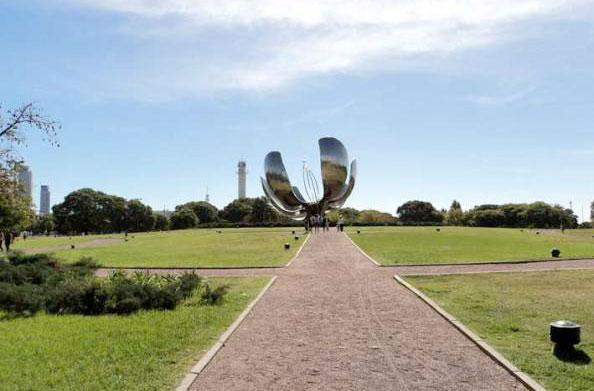A flor gigante fica na Plaza Naciones Unidas em Buenos Aires, Argentina - Foto: Amandina Morbeck.