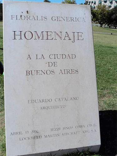 Placa que fica ao lado da flor gigante em Buenos Aires, Argentina - Foto: Amandina Morbeck.