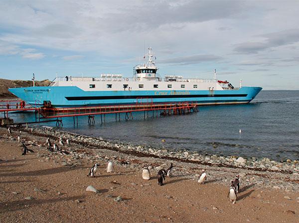 Barco que faz a navegação de Punta Arenas para Isla Magdalena, Chile - Foto: Amandina Morbeck.