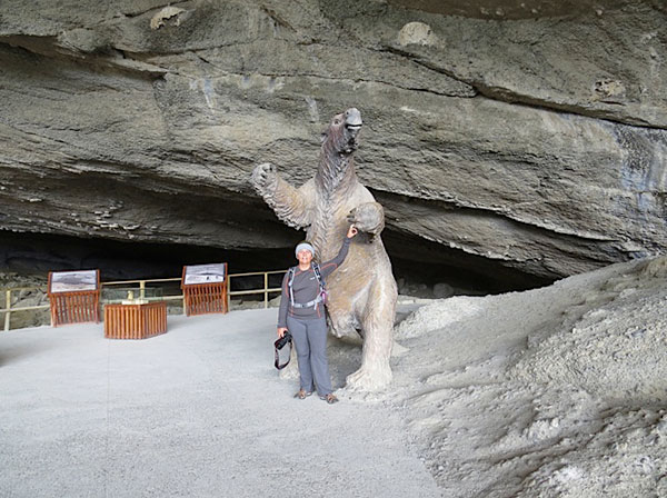 Eu e a réplica em tamanho original que fica na entrada da caverna maior - Cueva del Milodón, Puerto Natales, Chile - Foto: Amandina Morbeck.