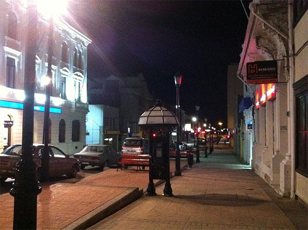 Rua vazia na noite de Punta Arenas, Chile - Pedro Montt a uma quadra da Plaza de Armas - Foto: Amandina Morbeck.