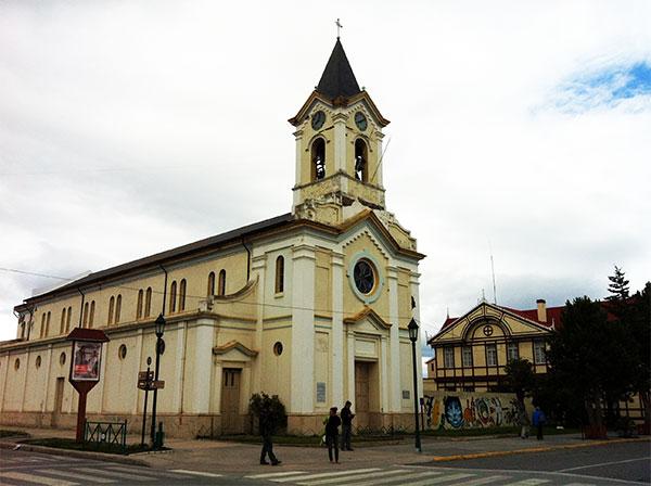 Igreja na Plaza de Armas, com a Casa da Cultura ao fundo - Puerto Natales, Chile - Foto: Amandina Morbeck.