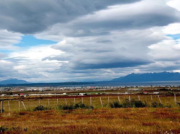 Vista da pequena Puerto Natales, Chile, e a bela paisagem que a rodeia - Foto: Amandina Morbeck.