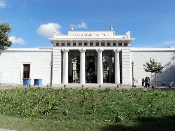 Fachada do cemitério da Recoleta em Buenos Aires, Argentina - Foto: Amandina Morbeck.