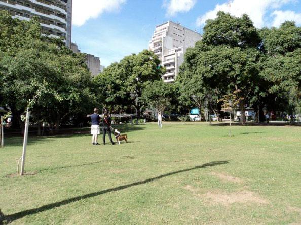 Praça em frente à entrada do Cemitério da Recoleta, em Buenos Aires, Argentina, com Hotel Etoile ao fundo - Foto: Amandina Morbeck.