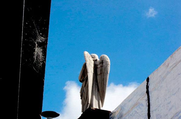 Detalhe numa das sepulturas no Cemitério da Recoleta, Buenos Aires, Argentina - Foto: Amandina Morbeck.