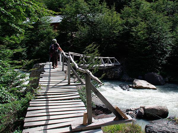 Depois de cruzar a ponte sobre o Rio Ascencio, chega-se ao Refúgio El Chileno - Circuito W, em Torres del Paine, Chile - Foto: Amandina Morbeck.