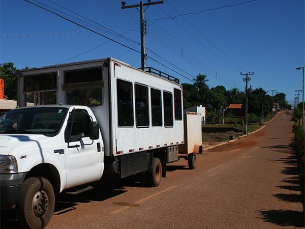 Caminhão que faz o transporte de turistas pelo asfalto - Jalapão, o incrível deserto brasileiro - Foto: Amandina Morbeck.