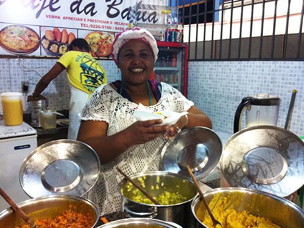 A sorridente Beth, da barraca Acarajé da Bahia, na feira de Palmas. A caminho do Jalapão, o incrível deserto brasileiro - Foto: Amandina Morbeck.