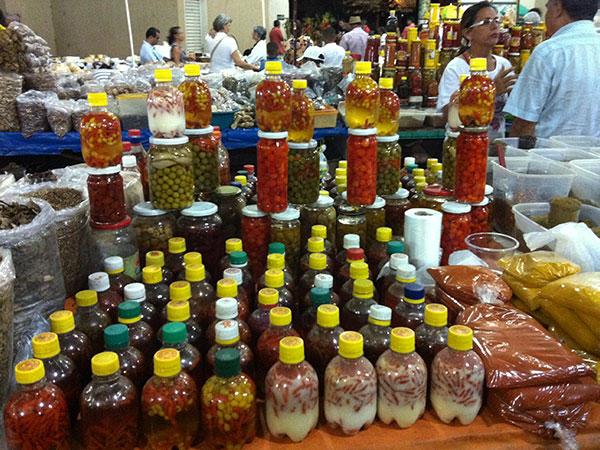 Pimentas e mais pimentas na feira de Palmas, Tocantins. A caminho do Jalapão, o incrível deserto brasileiro - Foto: Amandina Morbeck.