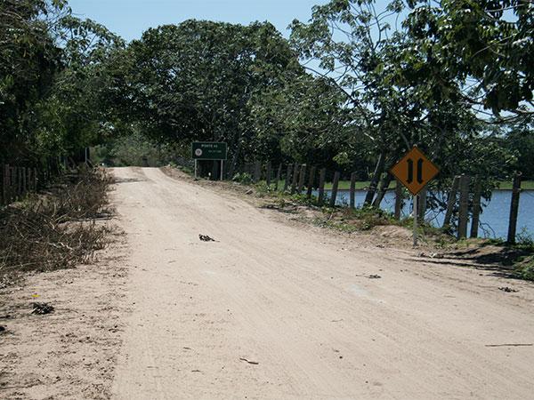 Até a Curva do Leque, a estrada-parque do Pantanal de Mato Grosso do Sul é arenosa - www.viajandocomaman.com.br - Foto: Amandina Morbeck.