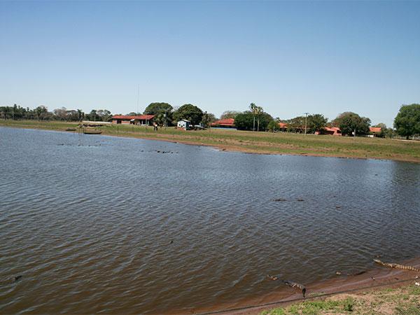 Uma das poucas pousadas ao longo da estrada-parque do Pantanal de Mato Grosso - www.viajandocomaman.com.br - Foto: Amandina Morbeck.