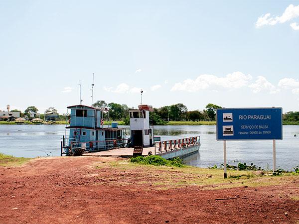 Balsa para travessia do Rio Paraguai em Porto da Manga - Estrada-parque do Pantanal de Mato Grosso do Sul - www.viajandocomaman.com.br - Foto: Amandina Morbeck.