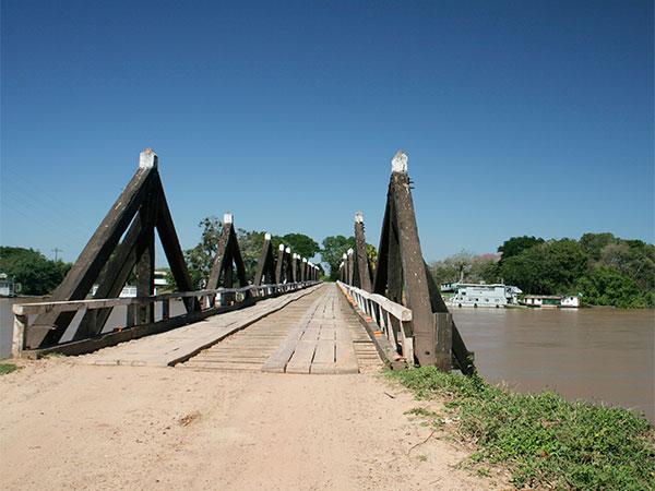Ponte sobre o Rio Miranda na estrada-parque do Pantanal de Mato Grosso do Sul - www.viajandocomaman.com.br - Foto: Amandina Morbeck.