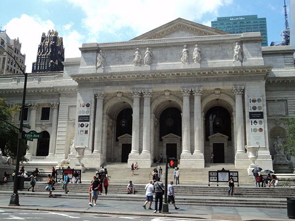 Fachada da Biblioteca Pública de Nova York, que faz parte dos 3 roteiros em Manhattan, New York  - www.viajandocomaman.com.br- Foto: Amandina Morbeck.