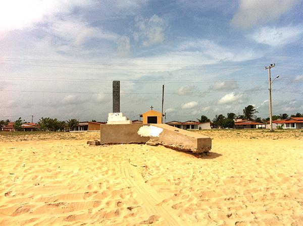 Praia do Marco, com a réplica do marco de 1501 encontrado nesse local - www.viajandocomaman.com.br - Foto: Amandina Morbeck.