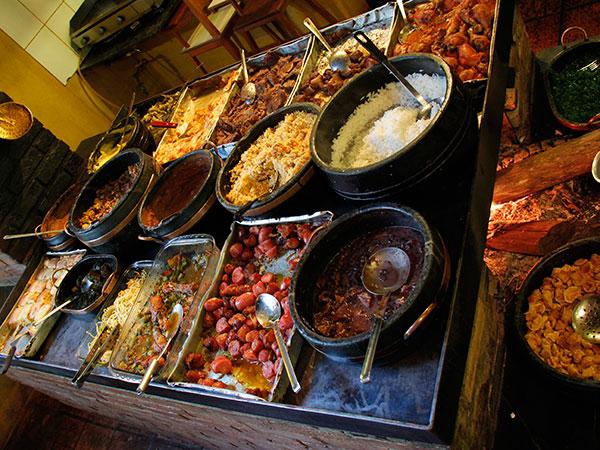 Como resistir a essas delícias do Restaurante Rancho em Mariana? - www.viajandocomaman.com.br - De Diamantina a Ouro Preto pelo Caminho dos Diamantes - Foto: Amandina Morbeck.