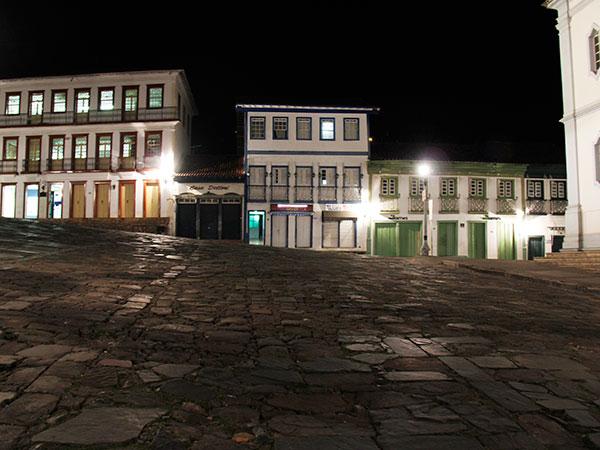 Praça vazia numa noite silenciosa em Diamantina - www.viajandocomaman.com.br - De Diamantina a Ourto pelo Caminho dos Diamantes - Foto: Amandina Morbeck.