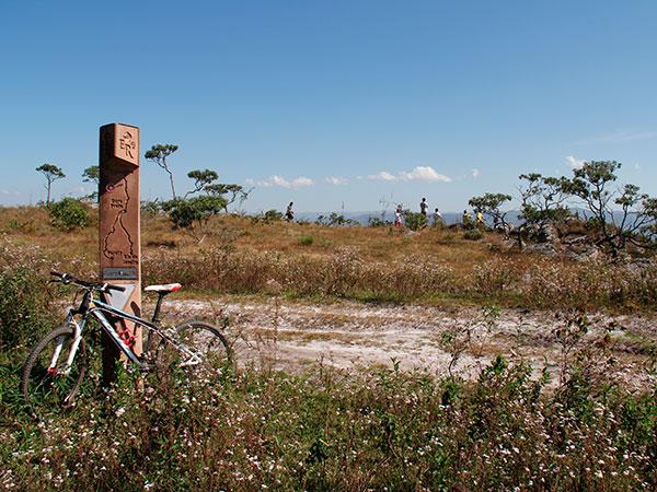 A cada 2 km o viajante encontra marcos como esse ao longo da Estrada Real - www.viajandocomaman.com.br - De Diamantina a Ouro Preto pelo Caminho dos Diamantes - Foto: Amandina Morbeck.