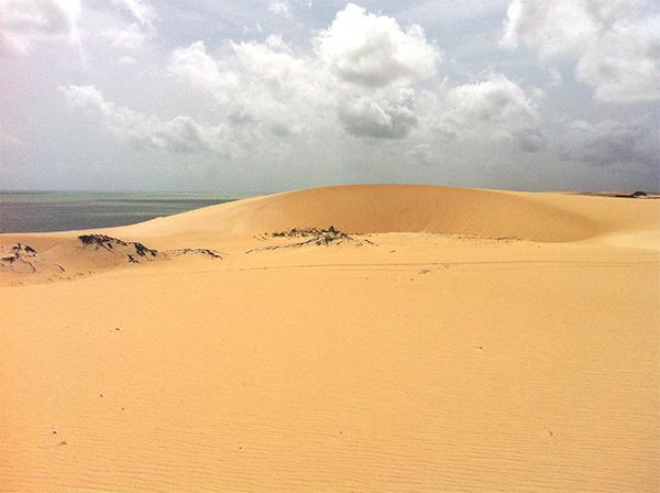 Há muitas dunas pelo caminho - www.viajandocomaman.com.br - Foto: Amandina Morbeck.