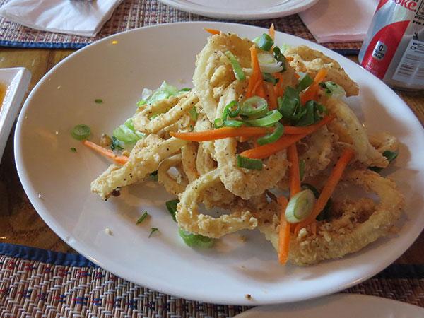 Entrada: fried calamari - www.viajandocomaman.com.br - Foto: Amandina Morbeck.
