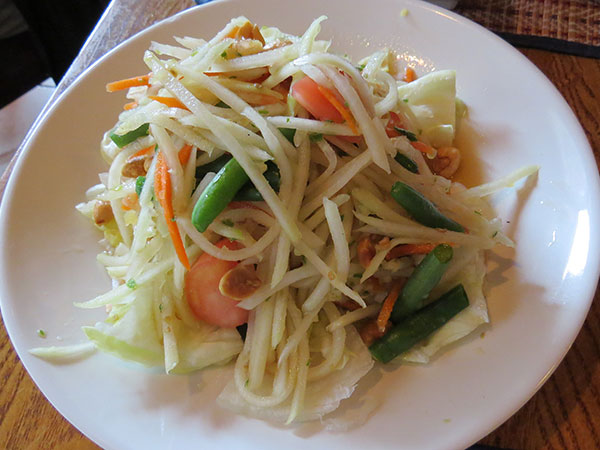 Salada de papaia verde - www.viajandocomaman.com.br - Foto: Amandina Morbeck.