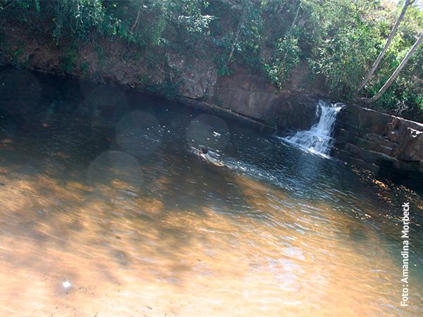Uma das cachoeiras dentro do Parque Estadual da Serra Azul - www.viajandocomaman.com.br - Foto: Amandina Morbeck.
