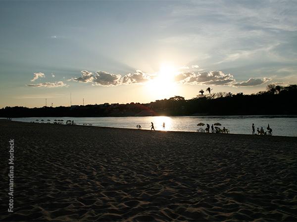 Praia do Rio Araguaia ao entardecer - www.viajandocomaman.com.br - Foto: Amandina Morbeck.