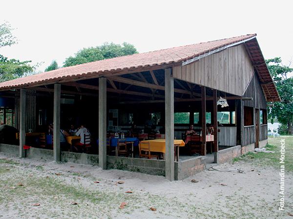 Restaurante Abrigo da Ilha, que serve porções e PF delicioso - www.viajandocomaman.com.br - Foto: Amandina Morbeck.