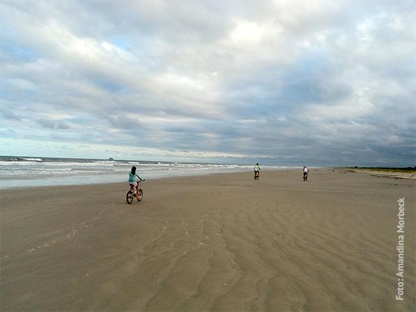 Pedalar pela praia é uma delícia! - www.viajandocomaman.com.br - Foto: Amandina Morbeck.