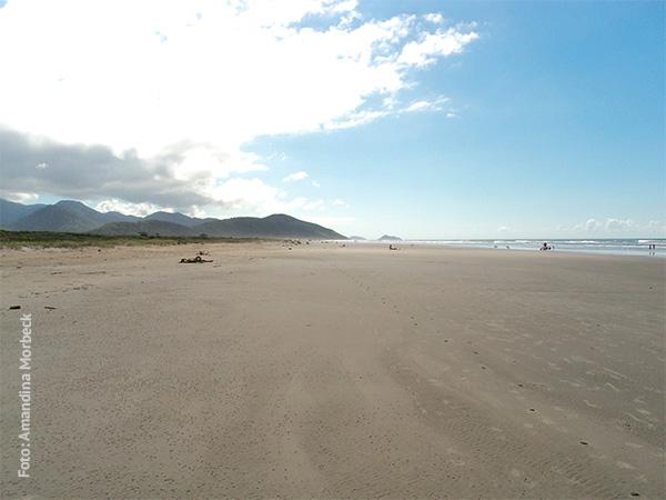 A praia é sossegada assim - www.viajandocomaman.com.br - Foto: Amandina Morbeck.