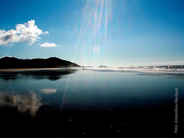 Um pedacinho da praia oceânica da Ilha do Cardoso - www.viajandocomaman.com.br - Foto: Amandina Morbeck.