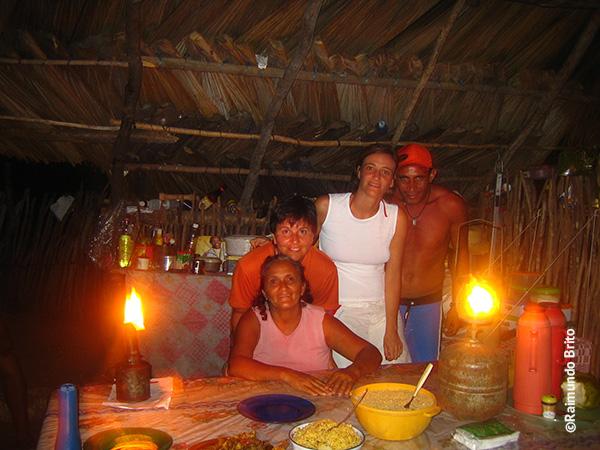 Na cozinha, Joana, Ribamar, Erika e eu em Queimada dos Britos - Foto: Raimundo Brito..