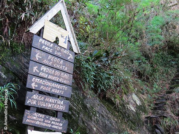 A partir dessa placa começa a subida pela face sul da Pedra do Baú - Foto: Amandina Morbeck.