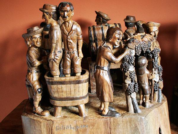 Vinícola com 11 personagens - Ateliê do Ditinho Joana em São Bento do Sapucaí (Bairro do Quilombo) - Foto: Amandina Morbeck.