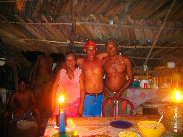 Joana e seu esposo Raimundo, com o sobrinho Ribamar entre eles na cozinha de sua casa em Queimada dos Britos - Foto: Erika Corrêa..